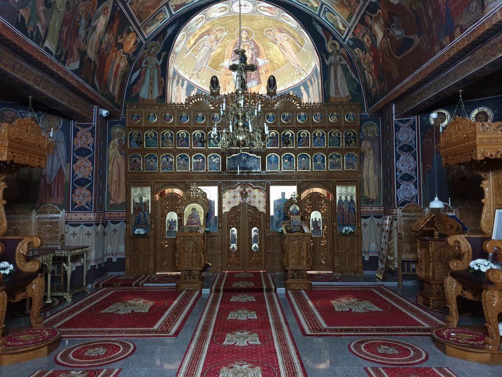 Interior Biserica Catapeteasma si Altar Luminat
